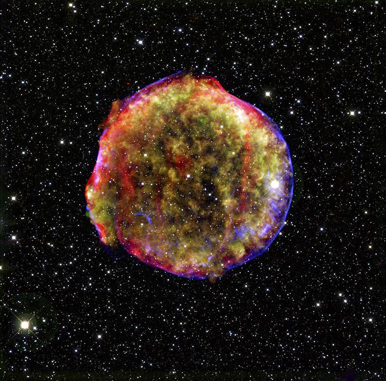 Remanescente da supernova de Tycho: note aqui o formato esférico dessa supernova tipo Ia que foi descoberta 400 anos atrás pelo famoso astrônomo Tycho Brahe. Crédito: raios-X: NASA/CXC/SAO; infravermelho: NASA/JPL-Caltech; Optical: MPIA, Calar Alto, O. Krause et al.