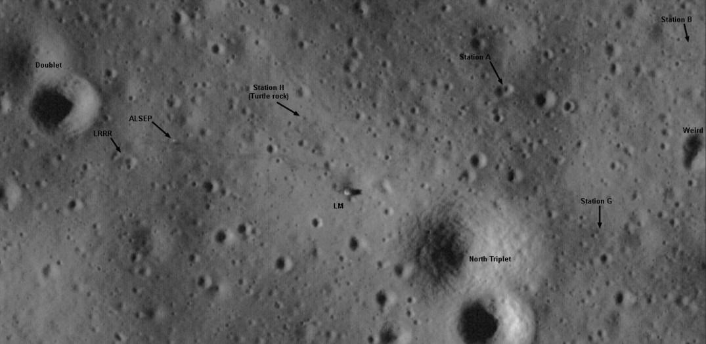 """Nessa versão anotada por Phil Stooke vemos da esquerda para a direita: a dupla de crateras (doublet), o equipamento LRRR - """"Lunar Ranging Retroreflector"""" - que são os espelho que refletem o laser enviado pela Terra para medira a distãncia Terra x Lua, o equipamento ALSEP - """"Apollo Lunar Surface Experiment Package"""", a pedra da Tartaruga (Turttle rock), o módulo lunar (LM)."""