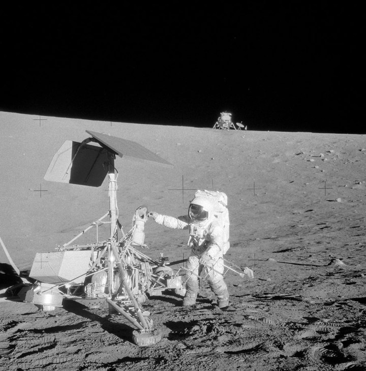 Alan Bean inspeciona a sonda Surveyor 3 durante a missão Apollo 12