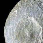 Cassini revela detalhes da cratera Herschel em Mimas, lua de Saturno