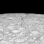 Cassini fornece novas imagens do polo norte da lua Enceladus em um inédito nível de detalhes