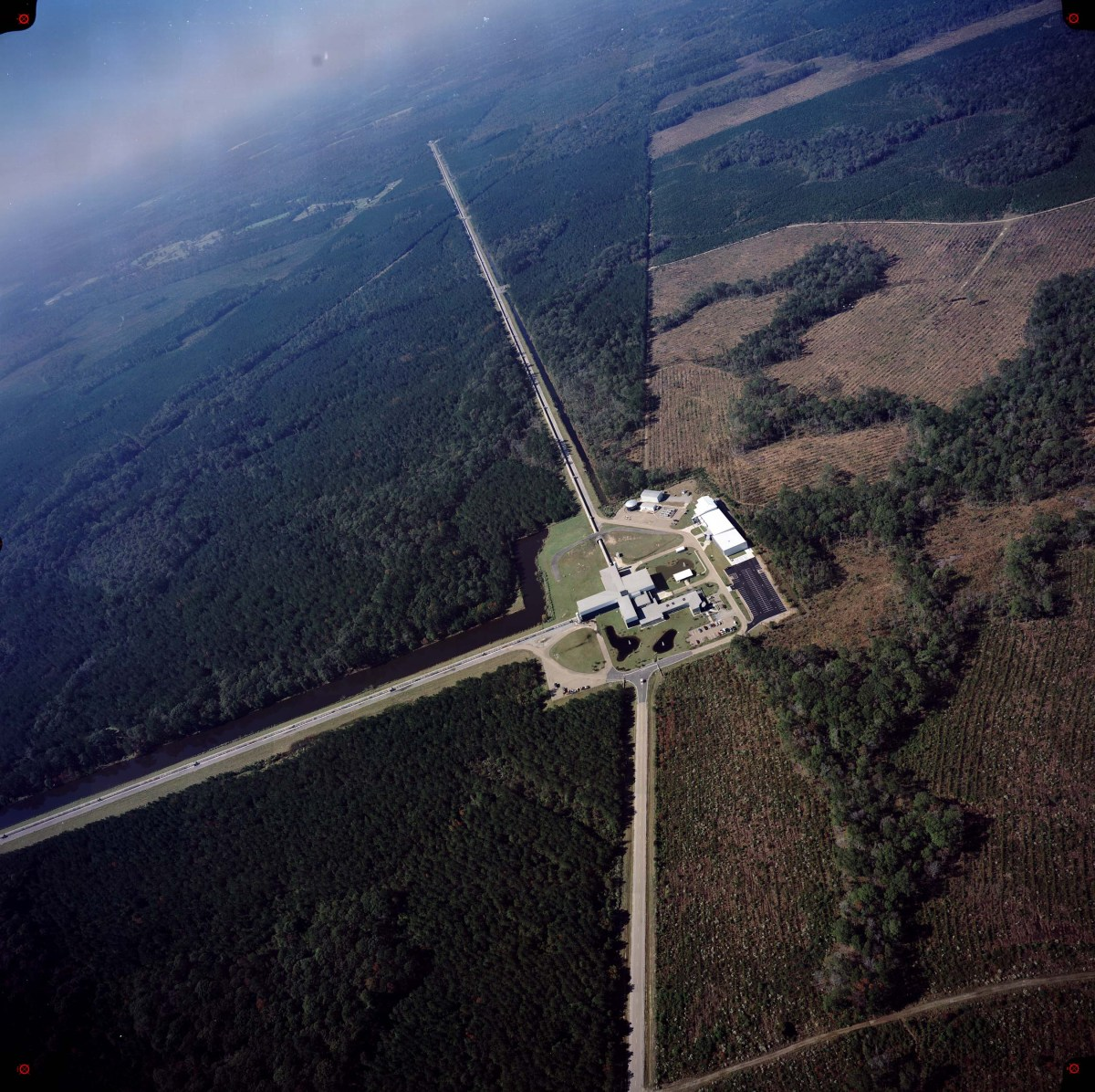 LIGO abre uma Nova Janela no Universo com a Observação das Ondas Gravitacionais geradas pela Colisão De Buracos Negros - 100 anos após a Teoria da Relatividade Geral de Albert Einstein [artigo original]