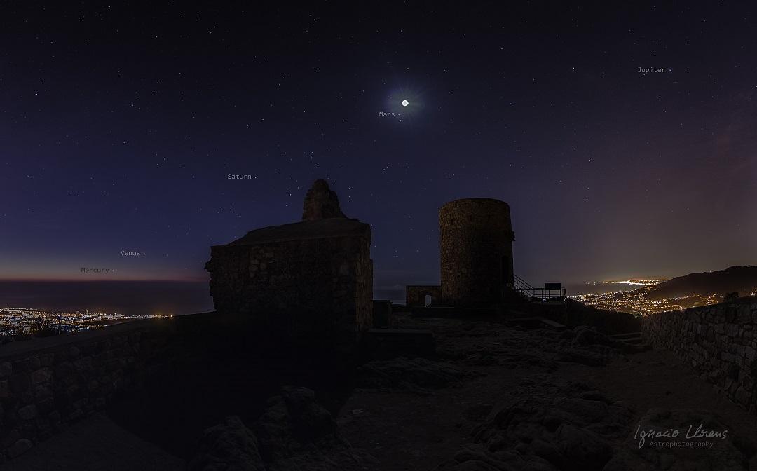Os cinco planetas, a Lua e o castelo de Burriac por Ignacio Llorens