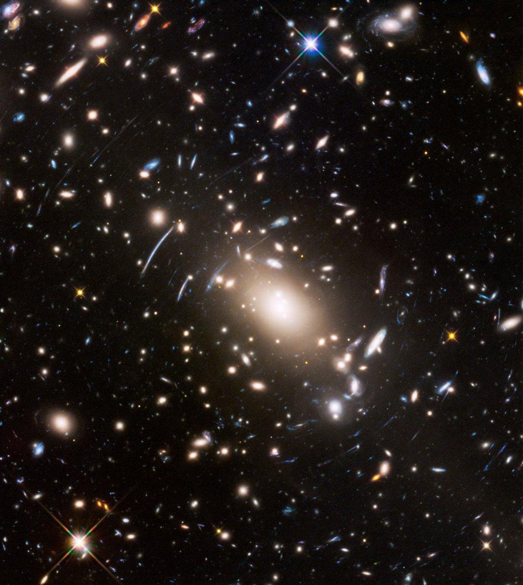Hubble capturou o aglomerado de galáxias Abell S1063 atuando como lente gravitacional