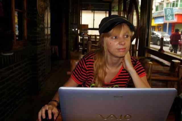 A girl is blogging in a coffee shop