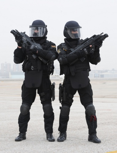 Las fuerzas especiales han entrado con chalecos anti-deribalas