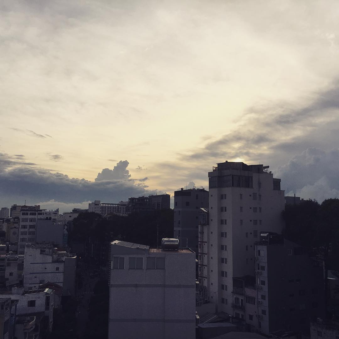 #saigon は久しぶりに夕陽。だんだん雨が夜から朝にかけて降るようになると雨季も終わりに近づきつつあります。Fine dusk after several days in #saigon.  The rainy season will be over after several weeks.