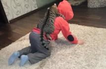子供の背中に乗る猫