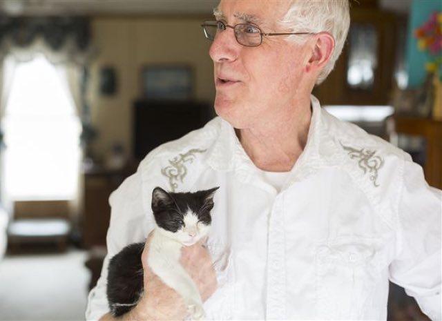 保護された子猫を持つ元郵便配達員