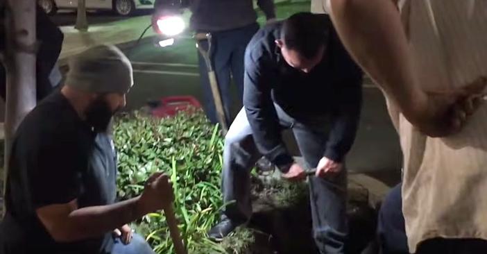 穴を掘る男性