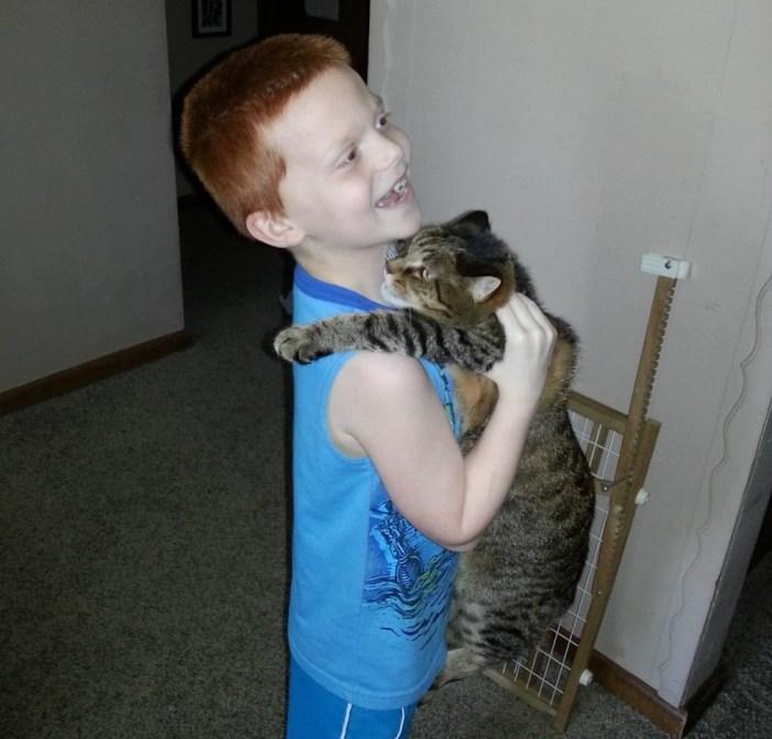 猫と仲良しな男の子
