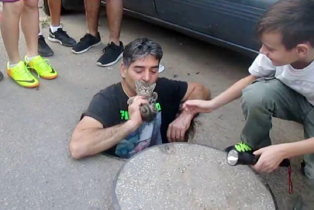 子猫にキスする男性