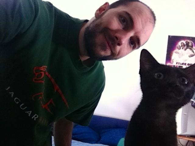 男性と黒猫