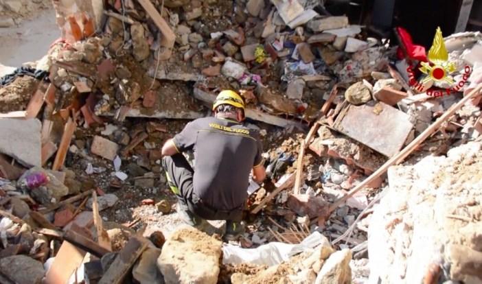 瓦礫の中の男性