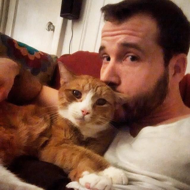 ラブラブな猫と男性
