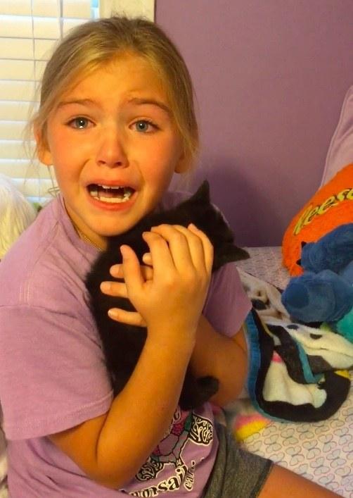 子猫を抱く少女