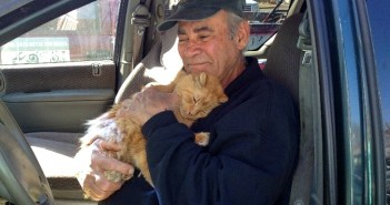 抱き合う男性と猫