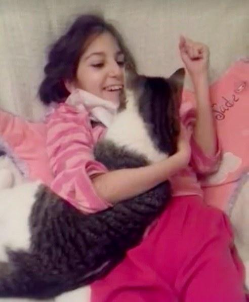 幸せそうな少女と猫