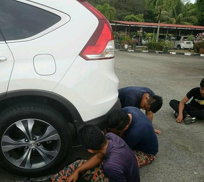 車の下を探す男性達