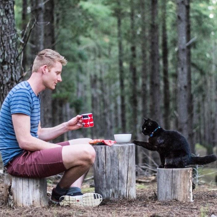 猫と旅する男性