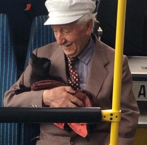 子猫を抱える男性