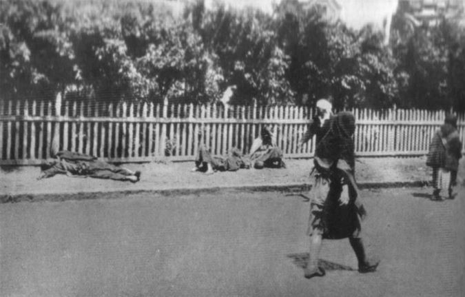 Holodomor of 1932-1933. Corpses by the side of the road: Passers by now no longer pay them any attention