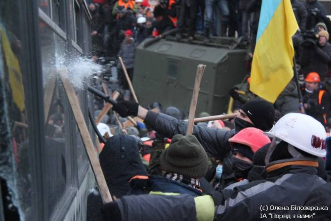 The moment when the protesters broke the glass in the first bus. Three days later the first deaths would come.