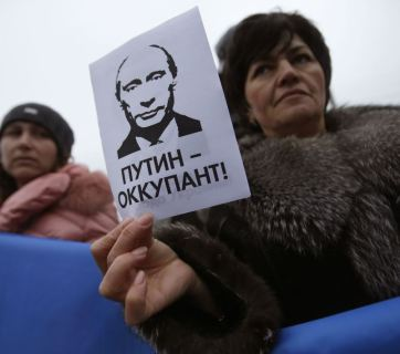 "The sign says: ""Putin is an occupier"""