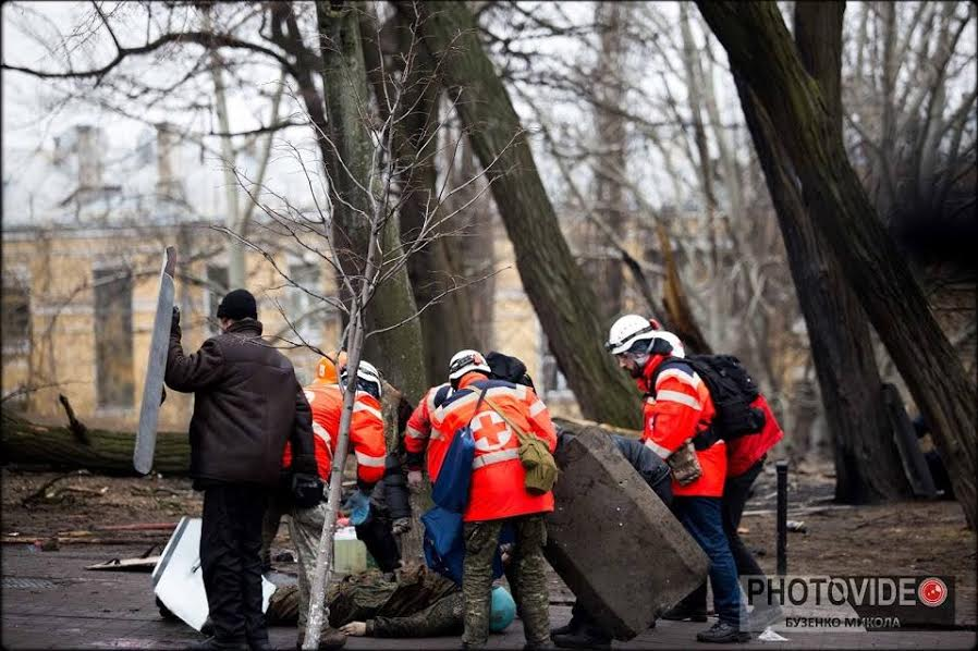 February 20, 2014, Instytutska Street, Kyiv, Ukraine. Roman (first to the right) and his volunteer team approach the already dead Ustym Golodnyuk.