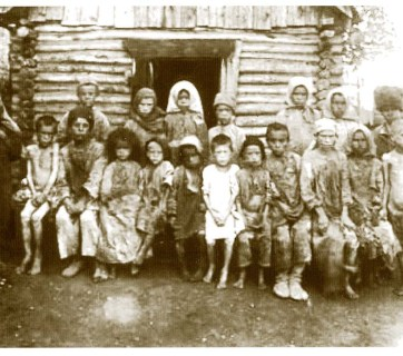 Orphaned children-victims of the Holomor in a village near Dnipropetrovsk (Image: fundholodomors.org.ua)