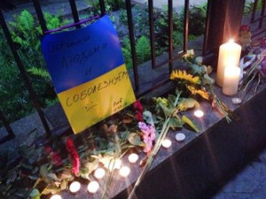Ukrainians left flowers and candles at the Russian embassy to express their sympathy on the fatal crash of the Russian passenger plane in Egypt. October 2015 (Image: social media)