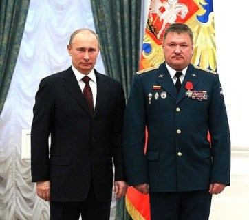 One of the commanders Russian occupation forces in Ukraine, Major General Valerii Hryhorovych Asapov (Russian: Валерий Григорьевич Асапов), photographed while still being in the rank of a Colonel of AF RF, received an award from Vladimir Putin. (Source: gur.mil.gov.ua)