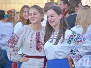 Ukrainian women pose for the picture during Vyshyvanka Day in Kyiv, May 2015. Photo: UNN