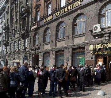 Kyiv Khreshchatyk bank depositors lined up after the bank was declared insolvent. 5 Aprıl 2016, photo from http://finance.bigmir.net/
