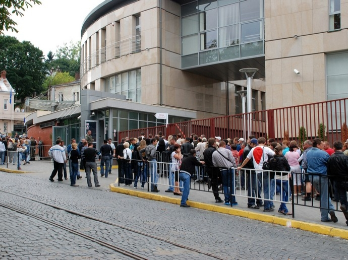 Lines at the General Consulate of Poland in Lviv. Photo from Zaxid.net