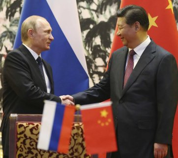 Russian President Vladimir Putin shaking hands with Chinese President Xi Jinping. Beijing, China, November 2014. (Image: Reuters)