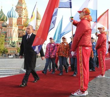Putin at the head of the procession in the Red Square by the Russian team for the 2014 Olympic Games in Sochi (Image: sport-express.ru)