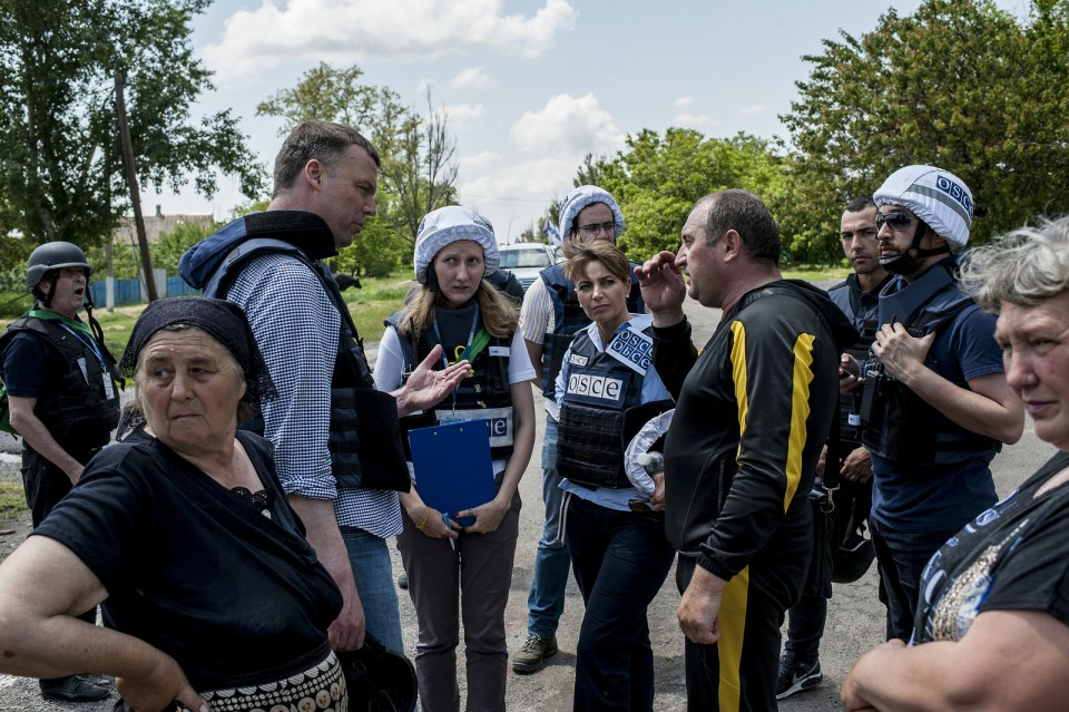 The OSCE mission during patroling in Pavlopil. Photo: OSCE SMM Flickr