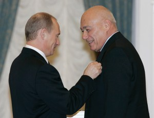Putin presents the Order for Service to the Fatherland, 4th Class, to one of his top propagandists, host of political talk show Vladimir Posner [also spelled Pozner] at a ceremony in the Kremlin. (Image: ITAR-TASS)