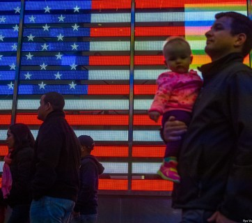 People in front of the American flag in Times Square in New York City (Image: Ilya Varlamov / zyalt.livejournal.com)