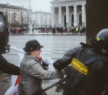 Police detain a participant of the unauthorized protest. Photo: tut.by