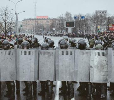 The OMON riot police block main steet in Minsk. Photo: Alyaksandr Vasyukevich, TUT.BY