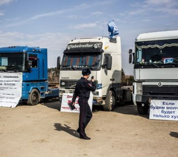 Russian police across the country make video recordings of trucks and signs of the striking long-haul truckers (Image: Anton Klimov / novayagazeta.ru)