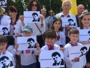 Children and adults demand the Kremlin release Roman Sushchenko, one of its 45 Ukrainian prisoners, on the day of Putin's visit to France, where Sushchenko worked for years. Photo: Ukrinform