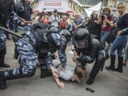 "The OMON detain a protester in Moscow. Photo: Evgeny Feldman for the project ""This is Navalny"""