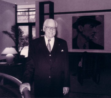 Estonian President Lennart Meri in October 1998 in front of a portrait of famous German writer Erich Maria Remarque in Osnabrück, Germany, where the writer was born. President Meri translated his works. (Image: Jens-Olaf Walter)