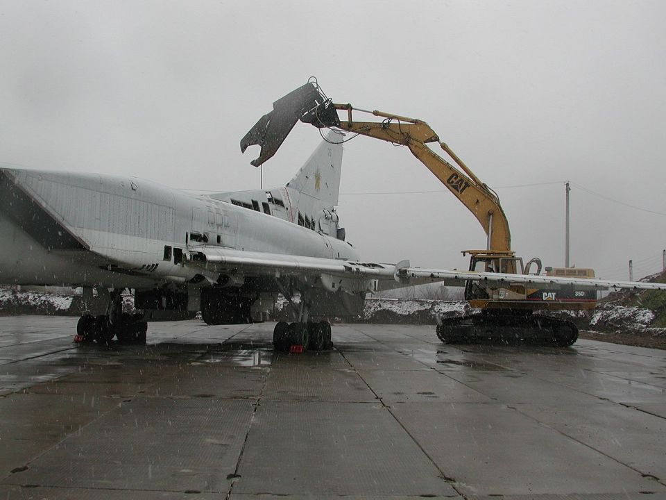 The destruction of a Tu-22M3 with the help of the equipment of the US company Raytheon Technical Service on an aviation base in Poltava, 2002. Photo: Wikipedia