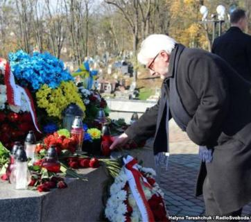 Polish Minister of Foreign Affairs Witold Waszczykowski visits a Memorial. Photo: RFE/RL