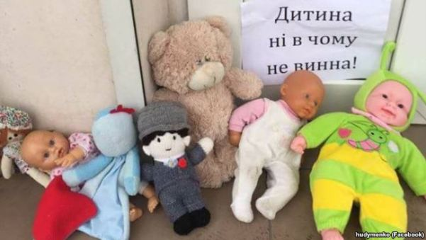 Children's toys near a UOC-MP church protesting the refusal by UOC-MP priests to pray for and bury the two-year-old boy in Zaporizhzhya, January 5, 2018. Photo: Yuriy Hudymenko