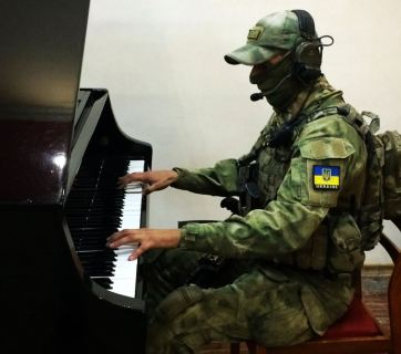 A Ukrainian soldier-musician at the Donbas front. Photo: alfa.org.ua